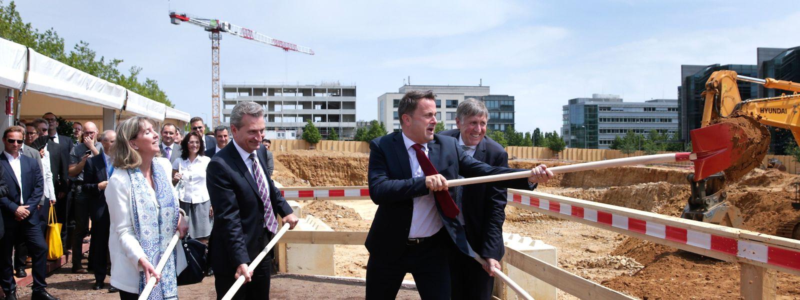 Premierminister Xavier Bettel macht den ersten Spatenstich für das Bâtiment Jean Monnet 2: Bis Oktober 2024 soll das vollständige Gebäude samt Turm stehen.