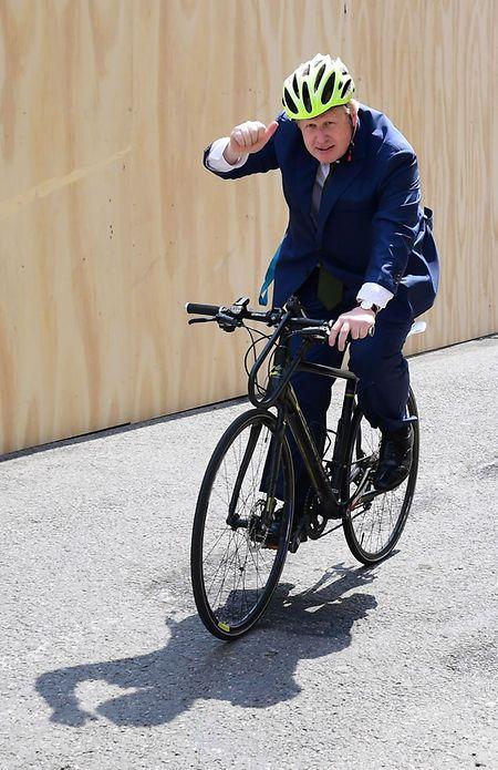 Boris Johnson fuhr werbewirksam mit dem Fahrrad vor.