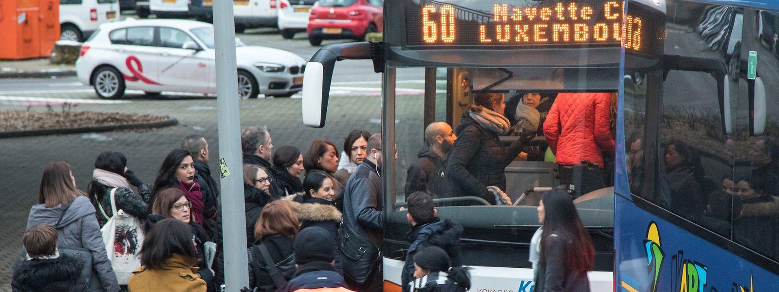 Les voyageurs étaient moins nombreux qu'au mois de juillet à emprunter les bus de substitution ce lundi matin.