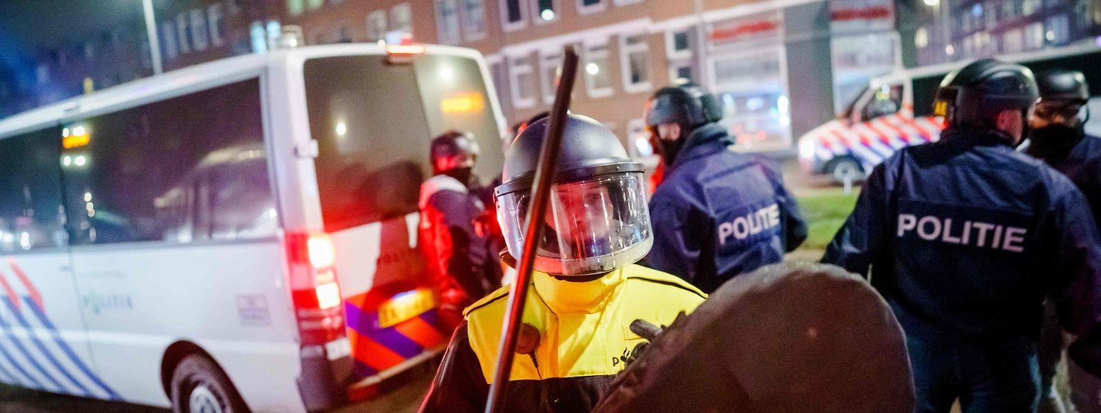 Polizisten versuchen, den Randalierern in Rotterdam beizukommen.