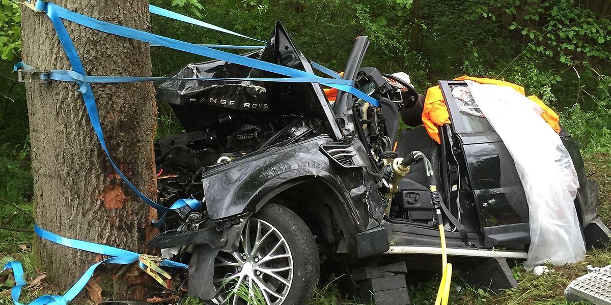 Durch die Kollision wurde der Fahrer eingeklemmt und musste von der Feuerwehr befreit werden.