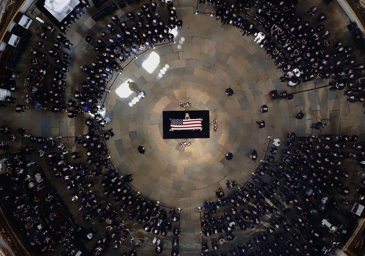John McCain wird im Kapitol aufgebahrt. Eine Ehre, die bislang nur 30 Personen zuteil wurde. Über seinen Sarg beugt sich seine Ehefrau Cindy.