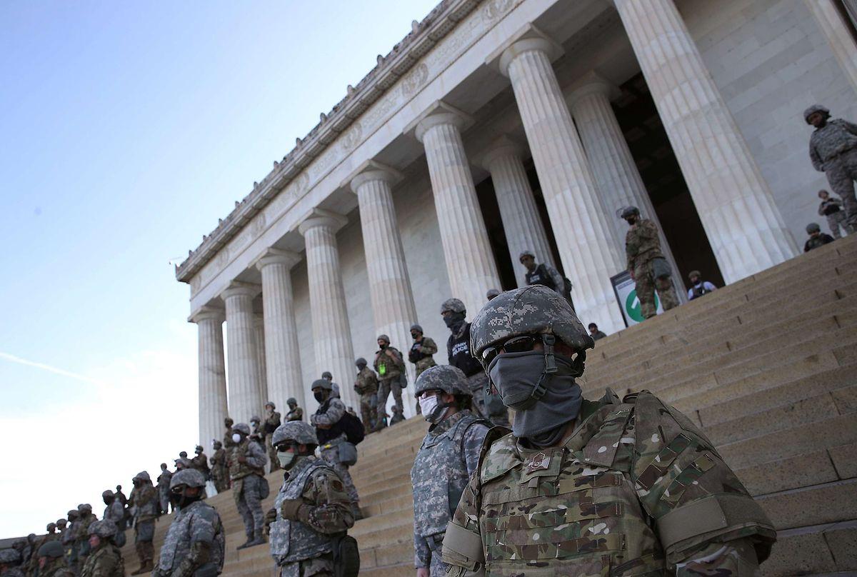 Mitglieder der Nationalgarde bewachen das Lincoln Memorial in Washington DC.
