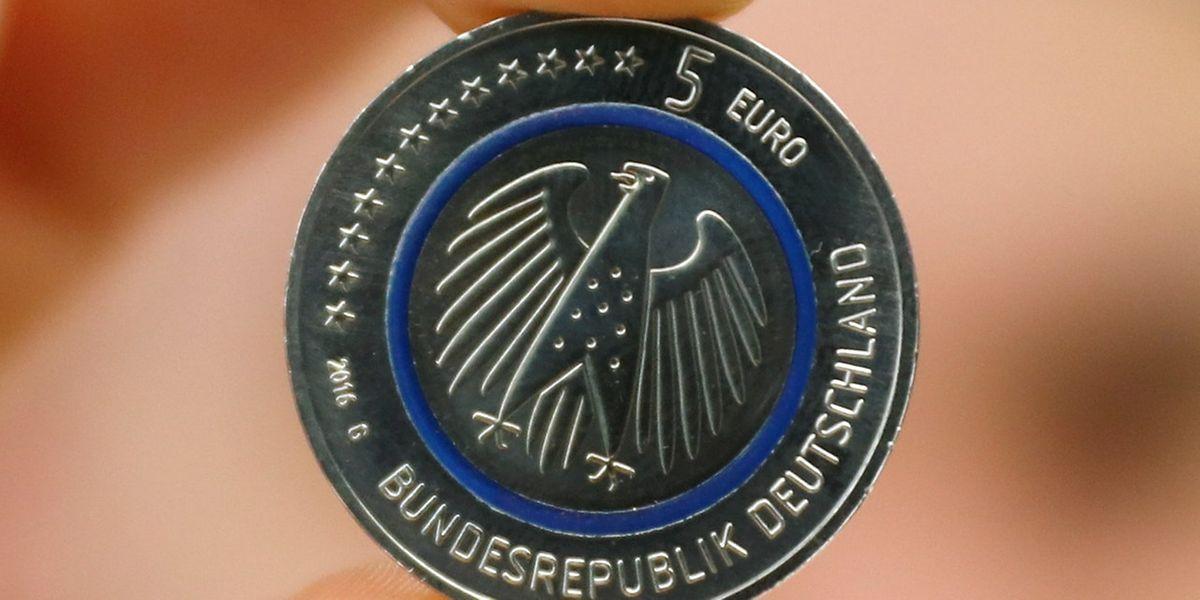 Der blaue Kunststoffring soll die Erdatmosphäre symbolisieren, der äußere Metallring zeigt auf der Rückseite das Weltall.