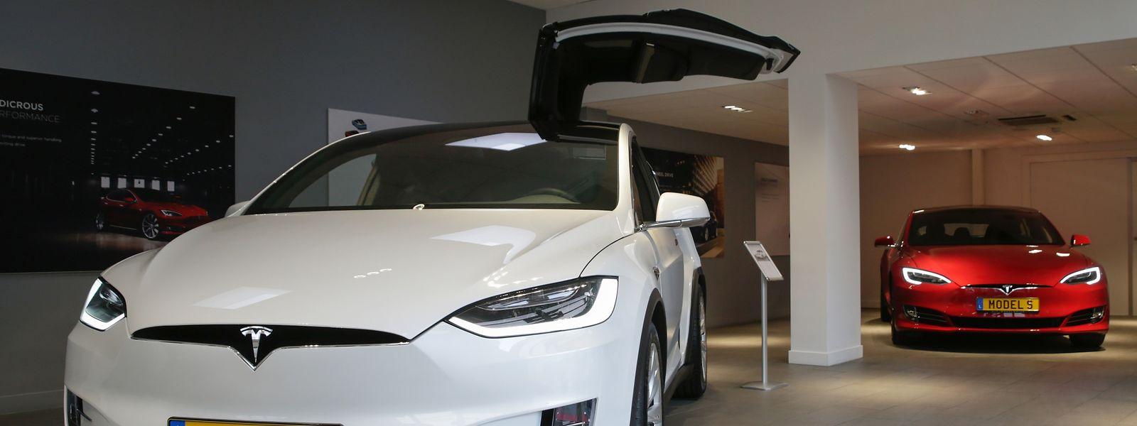 Die Flügeltüren des Tesla X (links) würden es erlauben, Verbrecher schneller ins Fahrzeug zu bugsieren, hat die schweizerische Presse festgestellt. Im Hintergrund ist die Zivilvariante des Tesla S. zu sehen, der für die Luxemburger Autobahnpolizei zum Streifenwagen umgerüstet wurde.