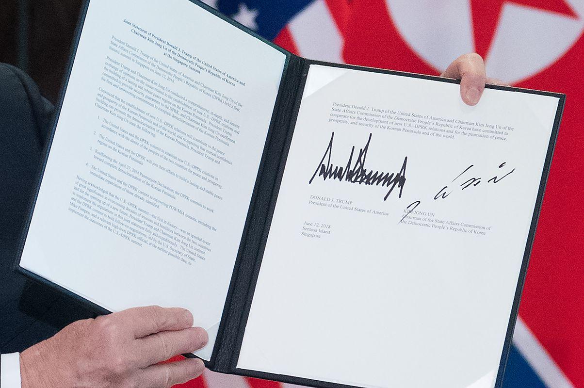 O documento assinado por Donald Trump e  Kim Jong-un.