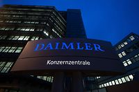 ARCHIV - 05.02.2015, Baden-Württemberg, Stuttgart: Die Daimler-Konzernzentrale, aufgenommen in der Morgendämmerung. (zu dpa: «Daimler-Vorstand ruft Führungskräfte zu strengem Sparkurs auf») Foto: Marijan Murat/dpa +++ dpa-Bildfunk +++