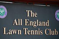 ARCHIV - 27.03.2020, Großbritannien, London: Das Schild vom The All England Lawn Tennis Club in dem das Wimbledon Tennis-Turnier  stattfindet. (zu dpa: ««Völlig undenkbar» - Tennis-Klassiker in Wimbledon vor dem Aus ») Foto: Adam Davy/PA Wire/dpa +++ dpa-Bildfunk +++