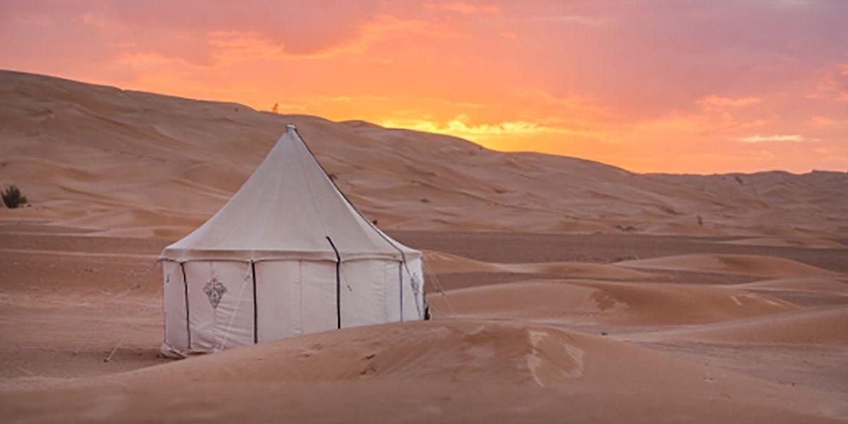 Große weiße Zelte in der tunesischen Wüste: Camp Mars bietet seinen Gästen eine Urlaubsidylle der anderen Art. Musik- und Tanz-Events locken zusätzlich als besondere Erlebnisse.