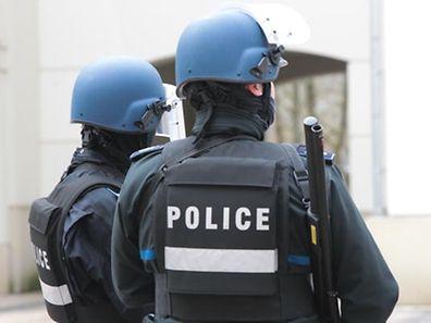 Mit Schutzwesten, kugelsicheren Helmen und großkalibrigen Waffen sicherten Polizisten das Gerichtsgebäude während des Prozesses um den G4S-Überfall.