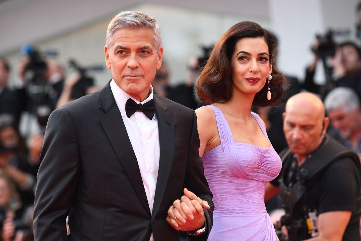 George Clooney und seine Frau, die Menschenrechtsanwältin Amal Clooney,  stellen sich mit einer Großspende auf die Seite der Protestbewegung - und gegen Trump und die NRA.