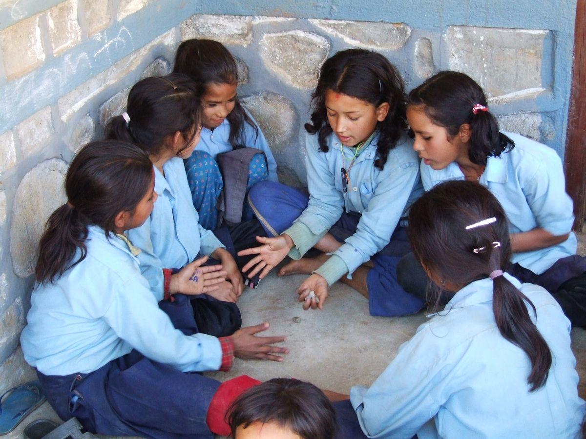 Les écoliers népalais sont mis en garde sur le modus operandi des trafiquants.