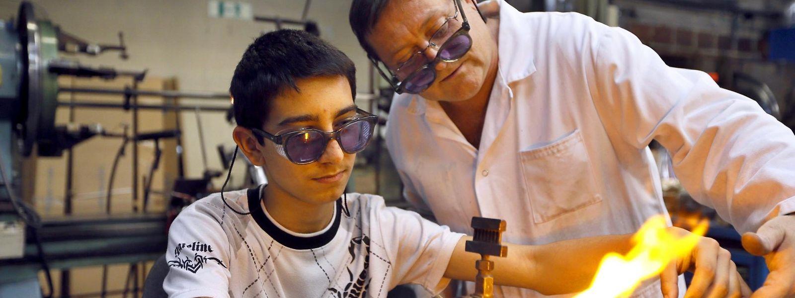 Jeunes diplômés, étudiants ou apprentis, les moins de 30 ans bénéficient d'aides et de formations pour s'insérer sur le marché de l'emploi.