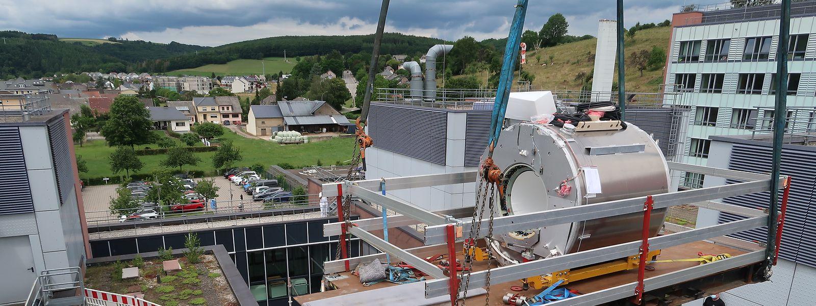 Der 2,3 Tonnen schwere Magnetresonanztomograf musste über ein Gebäudetrakt des Krankenhauses hinweg bis zu seinem definitiven Platz in einem neuen Anbau im Innenhof gehievt werden.