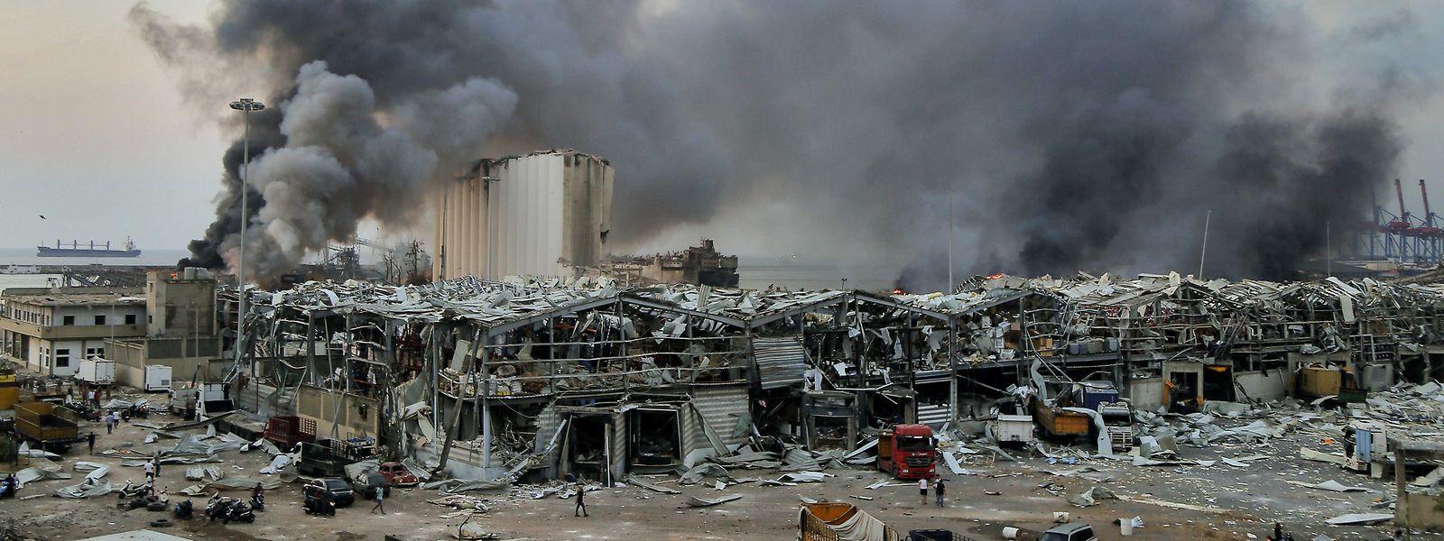 Rauch steigt nach der Explosion vom 4. August 2020 über einem Gebäude am Hafen auf.