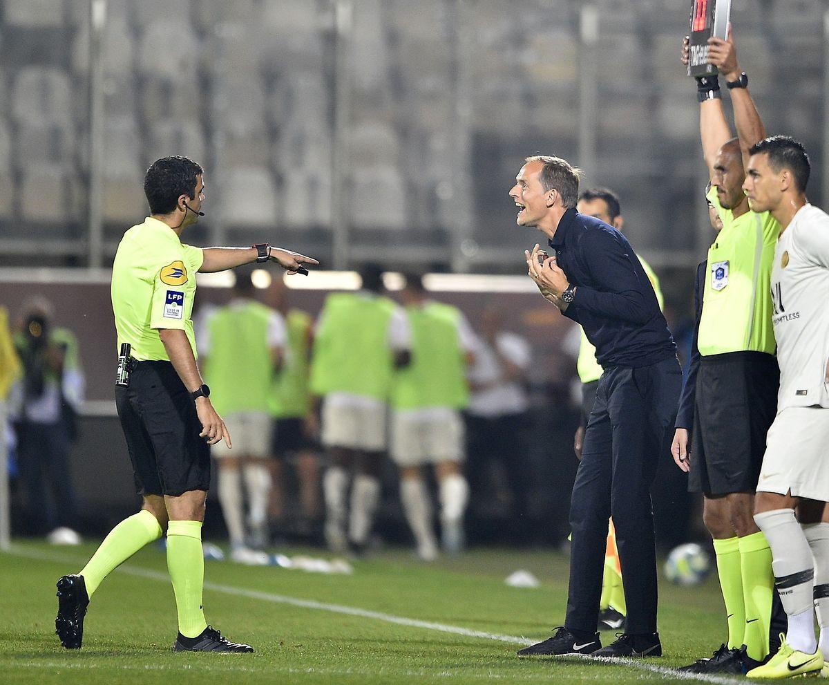 Le coach du PSG, Thomas Tuchel averti par l'arbitre, Frank Schneider
