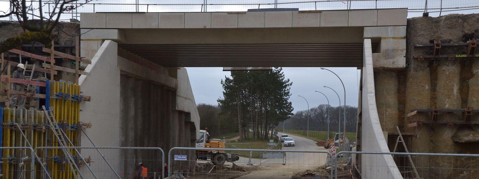 Bis zum Sommer soll die Straße unter der Eisenbahn für den Verkehr wieder geöffnet werden.