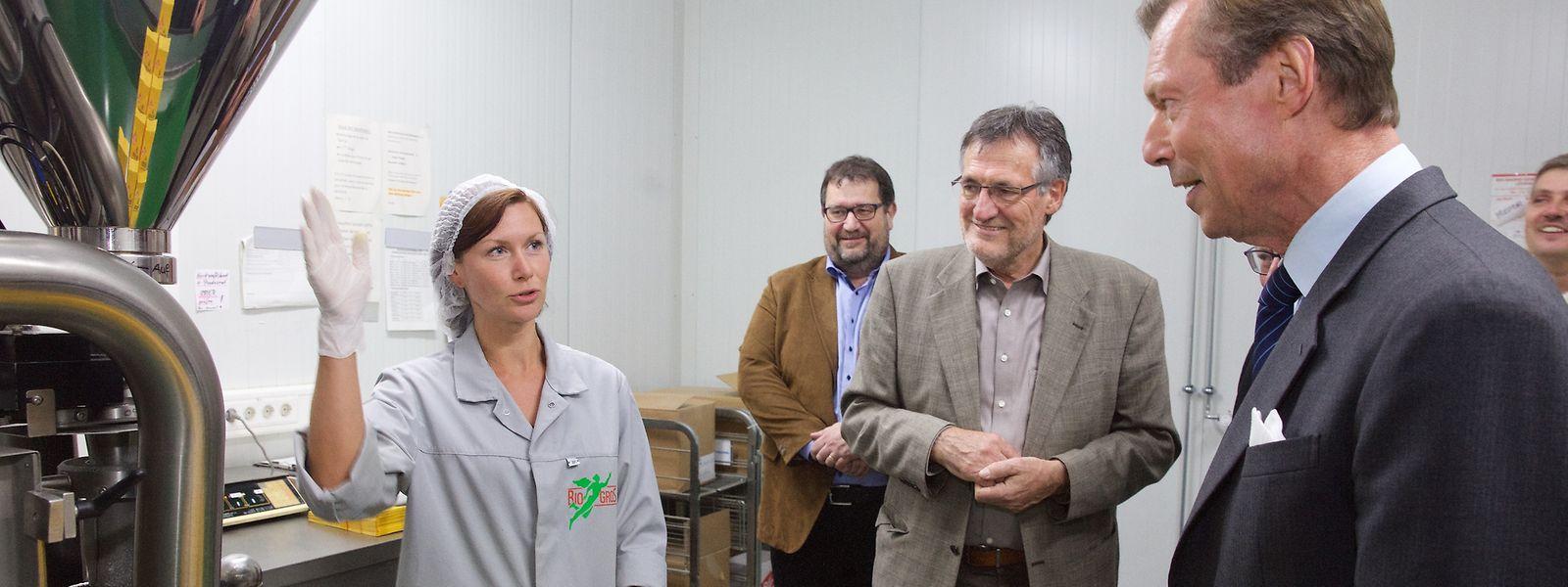 Une employée de Biogros S.A. montre le fonctionnement de la machine qui met les farines en sac