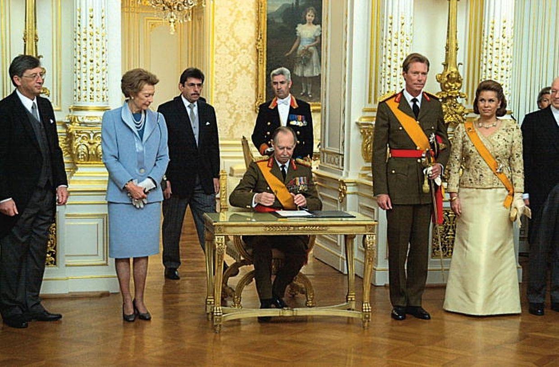 Le grand-duc Jean signe l'arrêté grand-ducal d'abdication au palais grand-ducal.