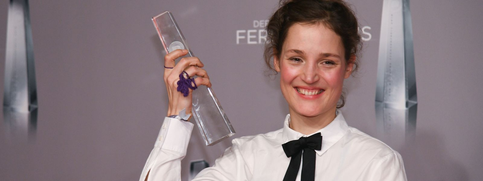 Vicky Krieps freut sich nach der Verleihung des Deutschen Fernsehpreises 2019 über die Auszeichnung.
