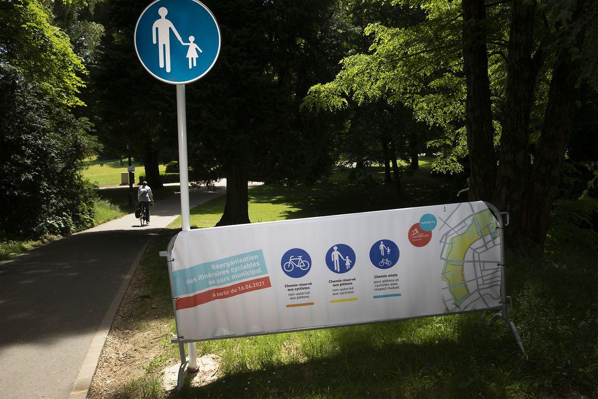 Schilder und Piktogramm klären Nutzer über die neuen Regeln auf.