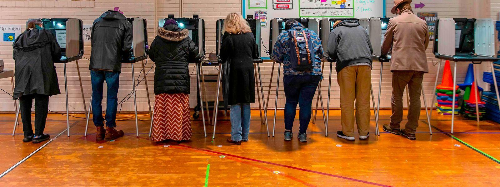 Die Wahllokale sind geöffnet: Hier geben Wähler in Minneapolis ihre Stimme ab.
