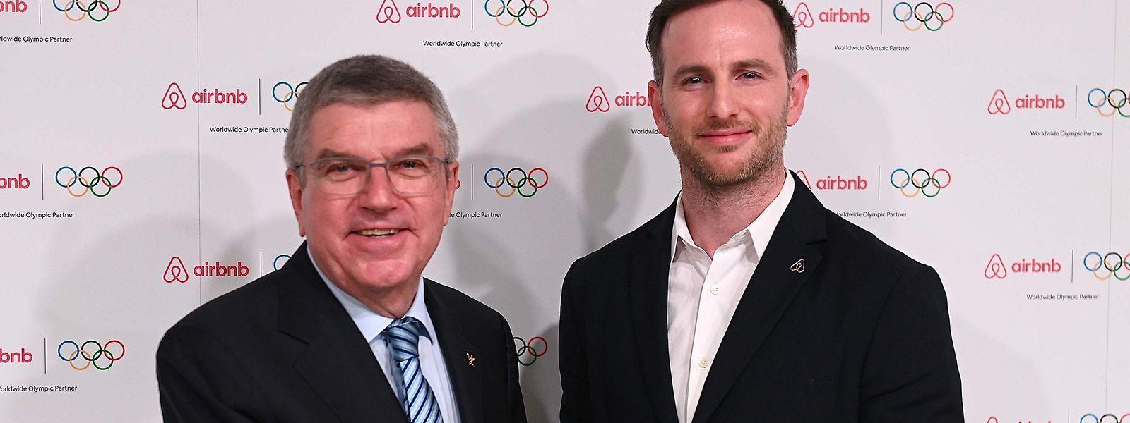 IOC-Präsident Thomas Bach (l.) posiert mit dem Airbnb-Mitgründer Joe Gebbia.