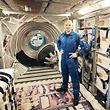 """ARCHIV - 14.04.2014, Nordrhein-Westfalen, Köln: Der Astronaut Alexander Gerst steht in einem Trainings-Modul bei der European Space Agency (ESA). (Zu dpa """"«Astro-Alex» Superstar - ISS-Commander mit besonderer Mission"""" vom 22.05.2018) Foto: Oliver Berg/dpa +++ dpa-Bildfunk +++"""