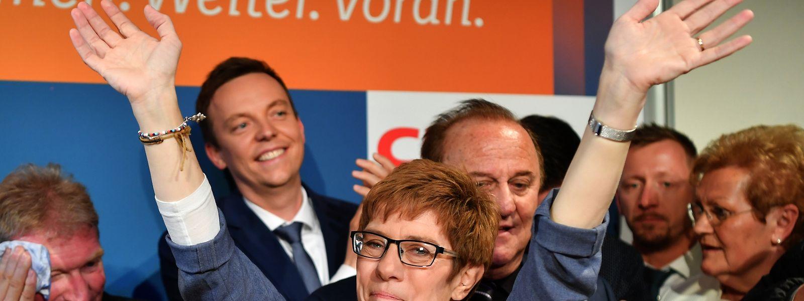 Ministerpräsidentin Annegret Kramp-Karrenbauer (CDU, M) jubelt sichtlich gerührt auf der CDU-Wahlparty am 26. März 2017 in Saarbrücken nach der Landtagswahl.