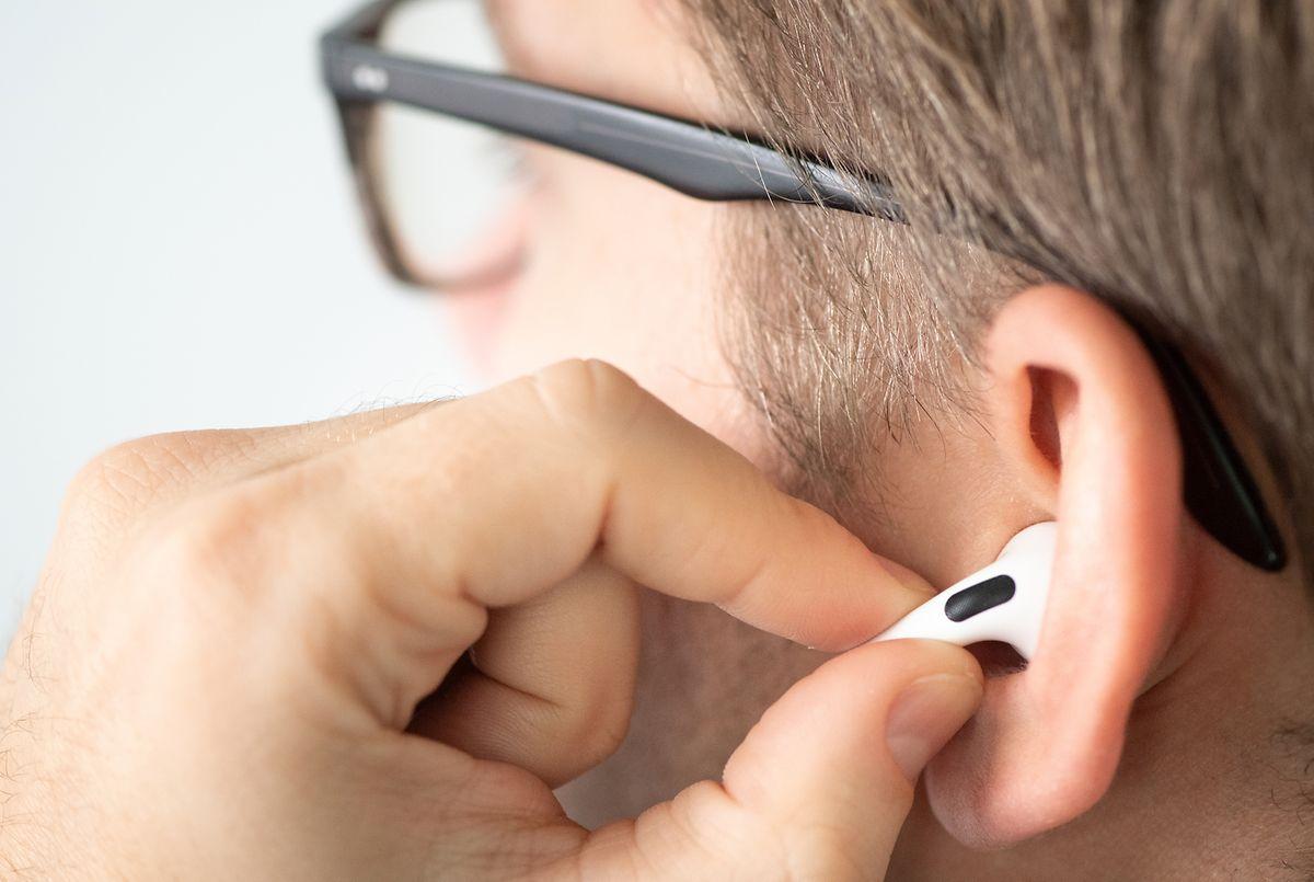 Zur Einstellung wird nun die aus den Ohren herausragende Stange der Airpods Pro gedrückt.