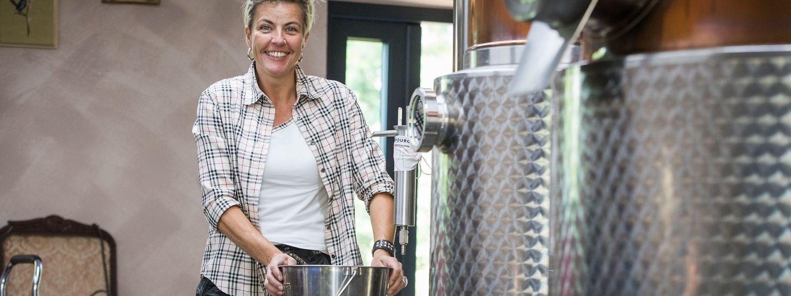Zwei Wochen lang braucht Caroline Van Langendonck, um die 10.000 Liter Wein zu verarbeiten, die ihr geliefert wurden.