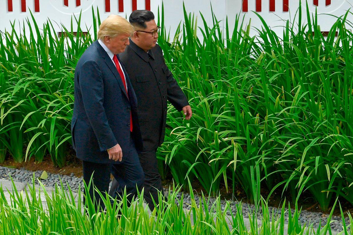 Donald Trump e Kim Jong Un em passeio, juntos.