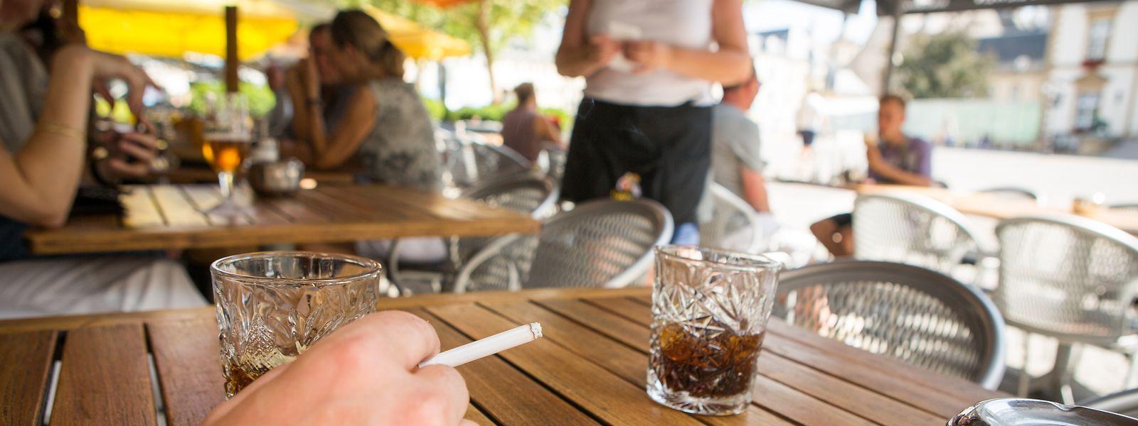 Raucher müssen draußen bleiben. Heute wird darüber debattiert, ob auch ein Rauchverbot auf den Terrassen eingeführt wird.