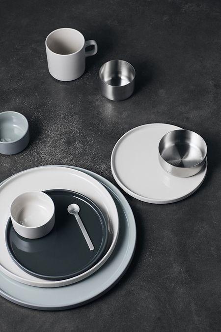 """Das neue Tafelservice """"Mio"""" von Blomus setzt auf tiefes Dunkelgrün in Verbindung mit einem zarten Grau und Weiß."""