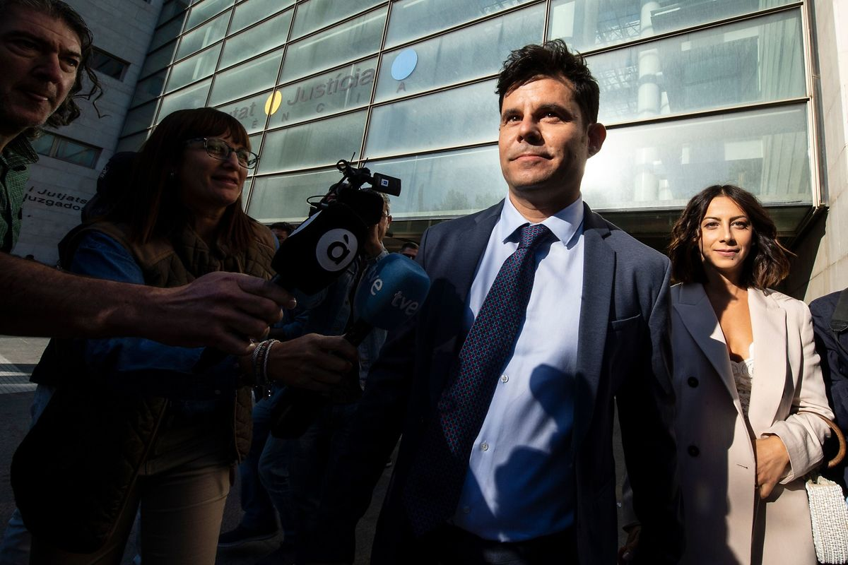 Javier Sanchez Santos, who claims to be the son of Spanish crooner Julio Iglesias, arrives with his Italian partner Chiara Allegrini (R) to the court of Valencia before a hearing to examine his paternity claim on May 30, 2019. (Photo by Jose Jordan / STR / AFP)