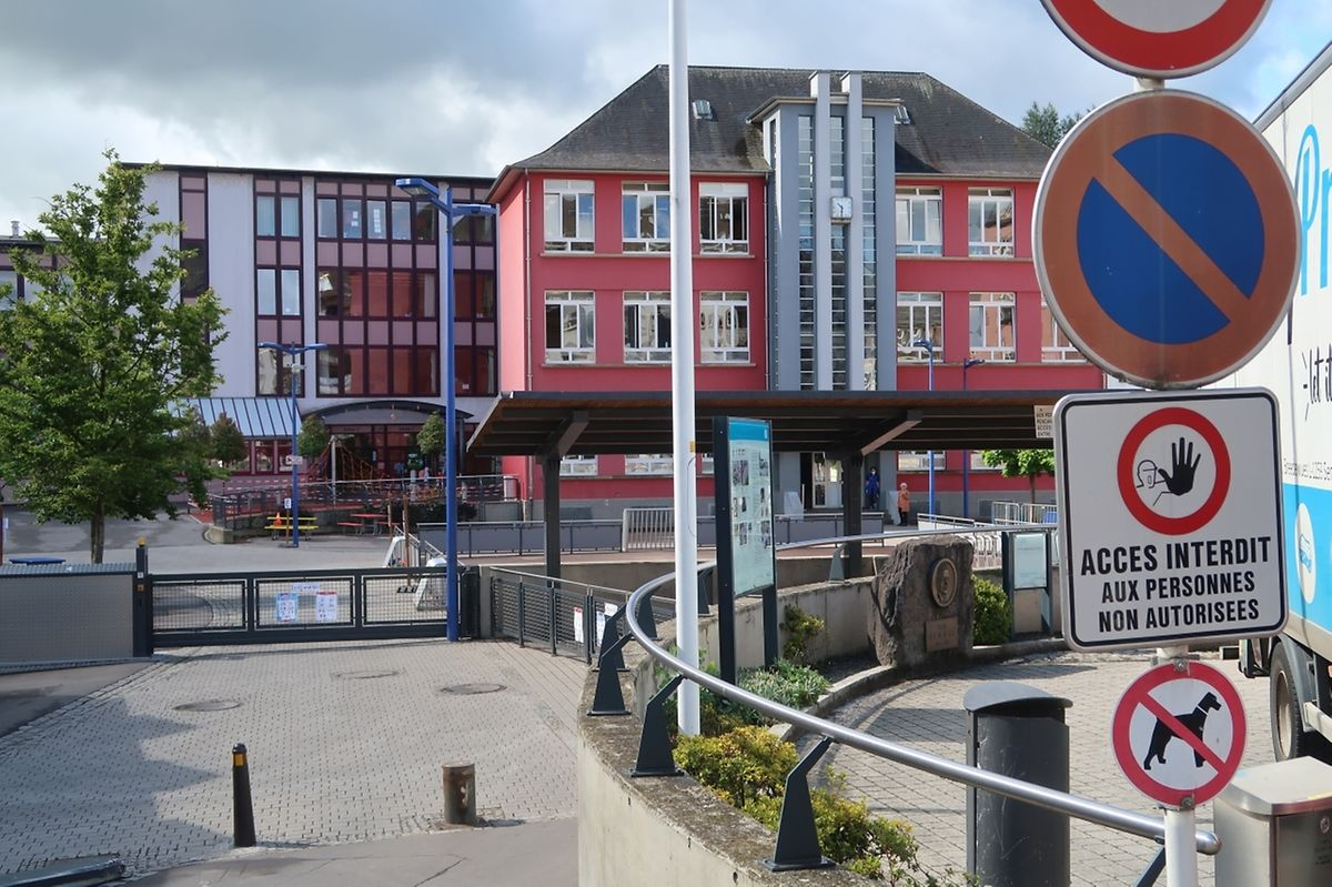 Während der Unterrichtszeiten ist der Ettelbrücker Schulhof für Unbefugte gesperrt und mit einem Geländer samt Schließanlage umzäunt. Außerhalb der Unterrichtszeiten darf er aber als Spielplatz genutzt werden.