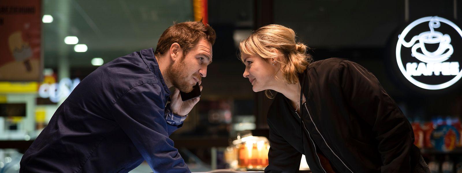 """Luise Heyer (r.) als Ghost und Frederick Lau als ihr männlicher Konterpart in einer Szene des Films """"Generation Beziehungsunfähig""""."""