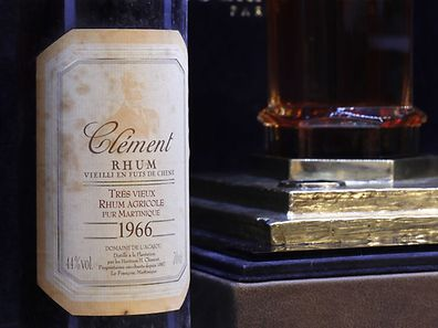 La bouteille a été vendue à 100.000 euros.