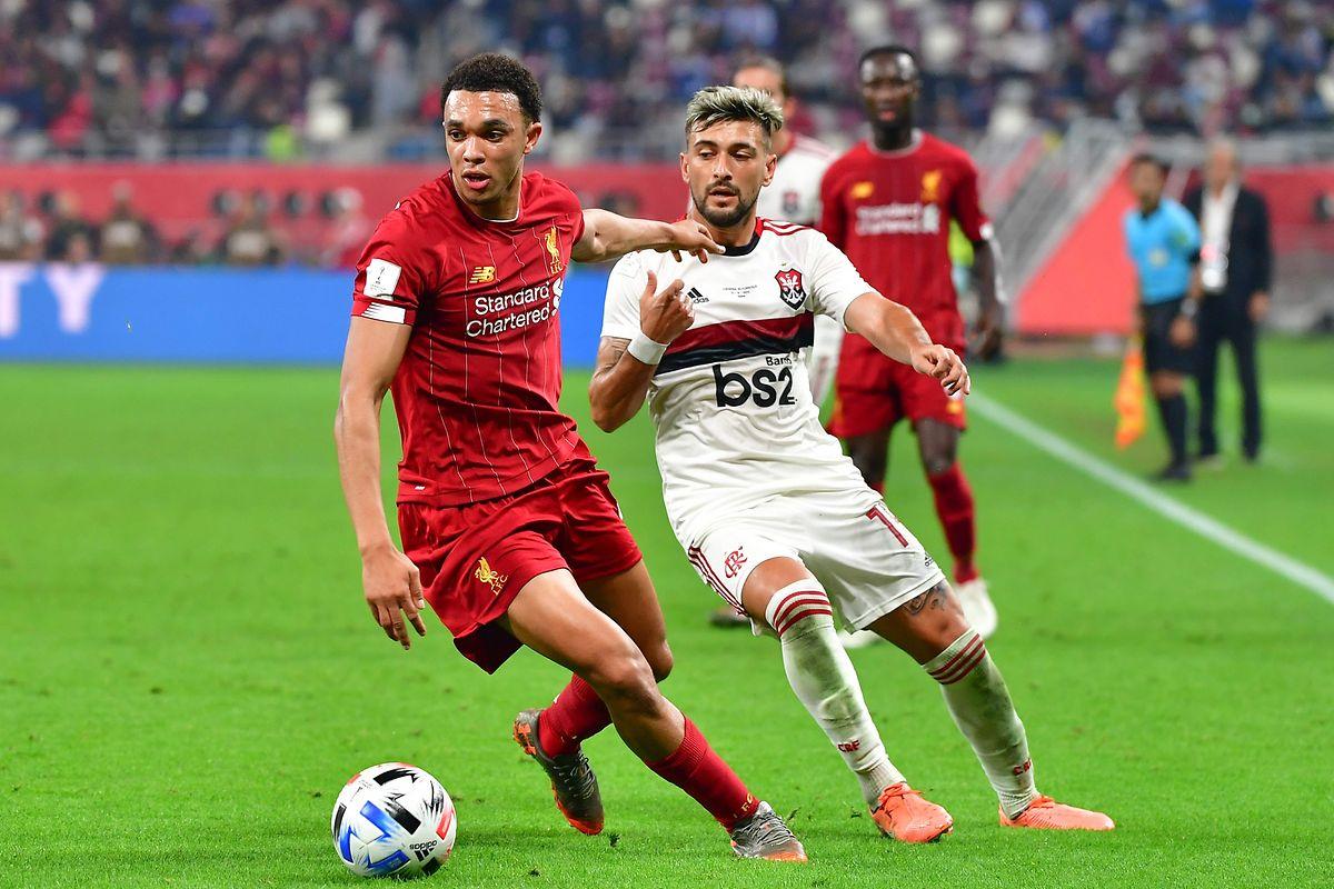 Trent Alexander-Arnold (Liverpool, en rouge) contrôle le ballon devant l'Uruguayen de Flamengo, Giorgian de Arrascaeta