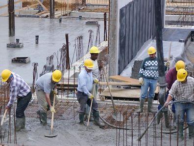 A reportagem do canal de televisão luxemburguês RTL mostra trabalhadores portugueses a ganhar muito abaixo do mínimo numa obra pública com fundos europeus