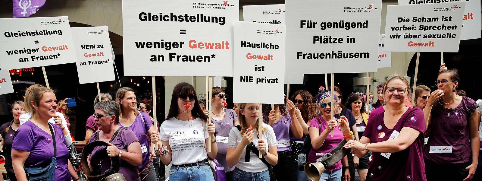 """Insgesamt machten Hunderttausende Menschen beim """"Frauenstreik"""" in der Schweiz mit."""