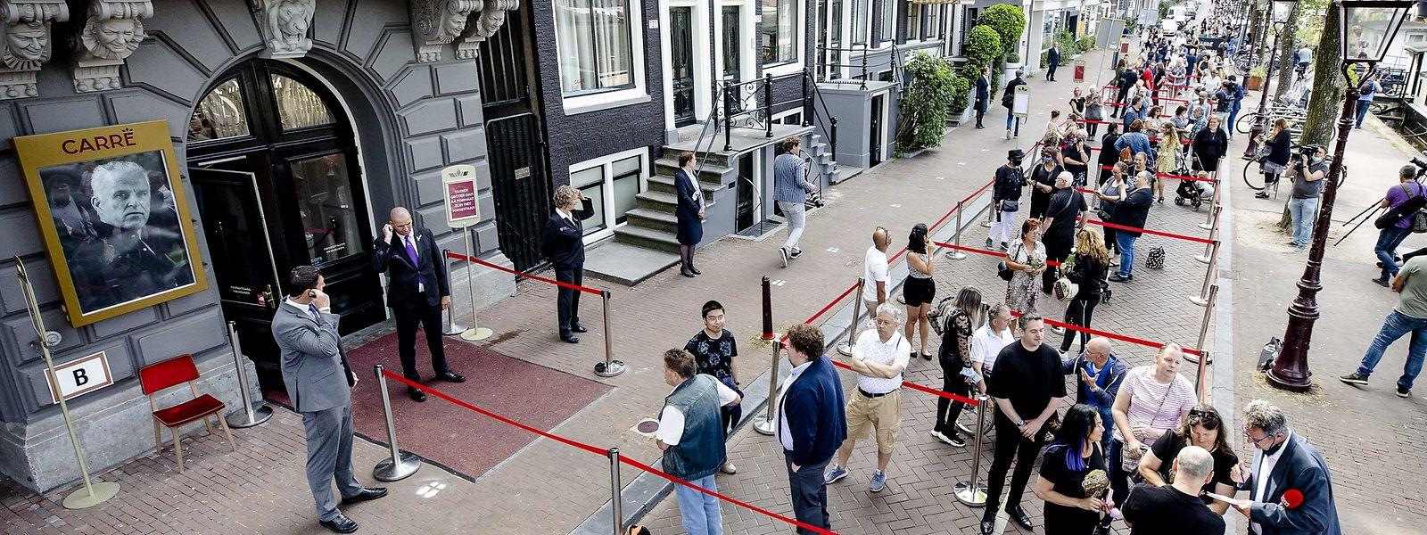 Menschen stehen Schlange, um von dem ermordeten Reporter Peter R. de Vries im Royal Theatre Carre Abschied zu nehmen.