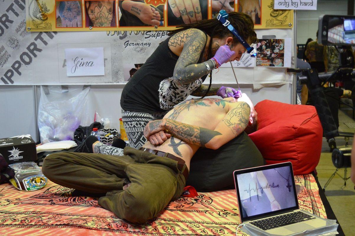 Longas horas de trabalho premiadas pela beleza das linhas e cores da tatuagem final.