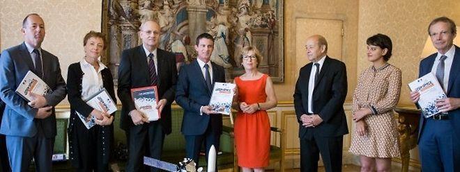 Le 26 juillet, l'ancienne ministre de la Recherche, Geneviève Fioraso (ici en rouge) a remis au Premier ministre français un rapport sur l'espace qui salue les choix du Luxembourg