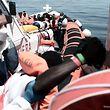 """Am Dienstag begann der aufwendige Transfer von 400 Menschen von der """"Aquarius"""" auf zwei Schiffe der italienischen Küstenwache und der Marine."""