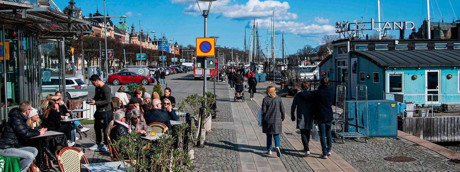 Der schwedische Sonderweg: Während die Nachbarländer das öffentliche Leben herunterfuhren, blieb - wie hier in Stcokholm - in Schweden mehr oder weniger alles beim alten.