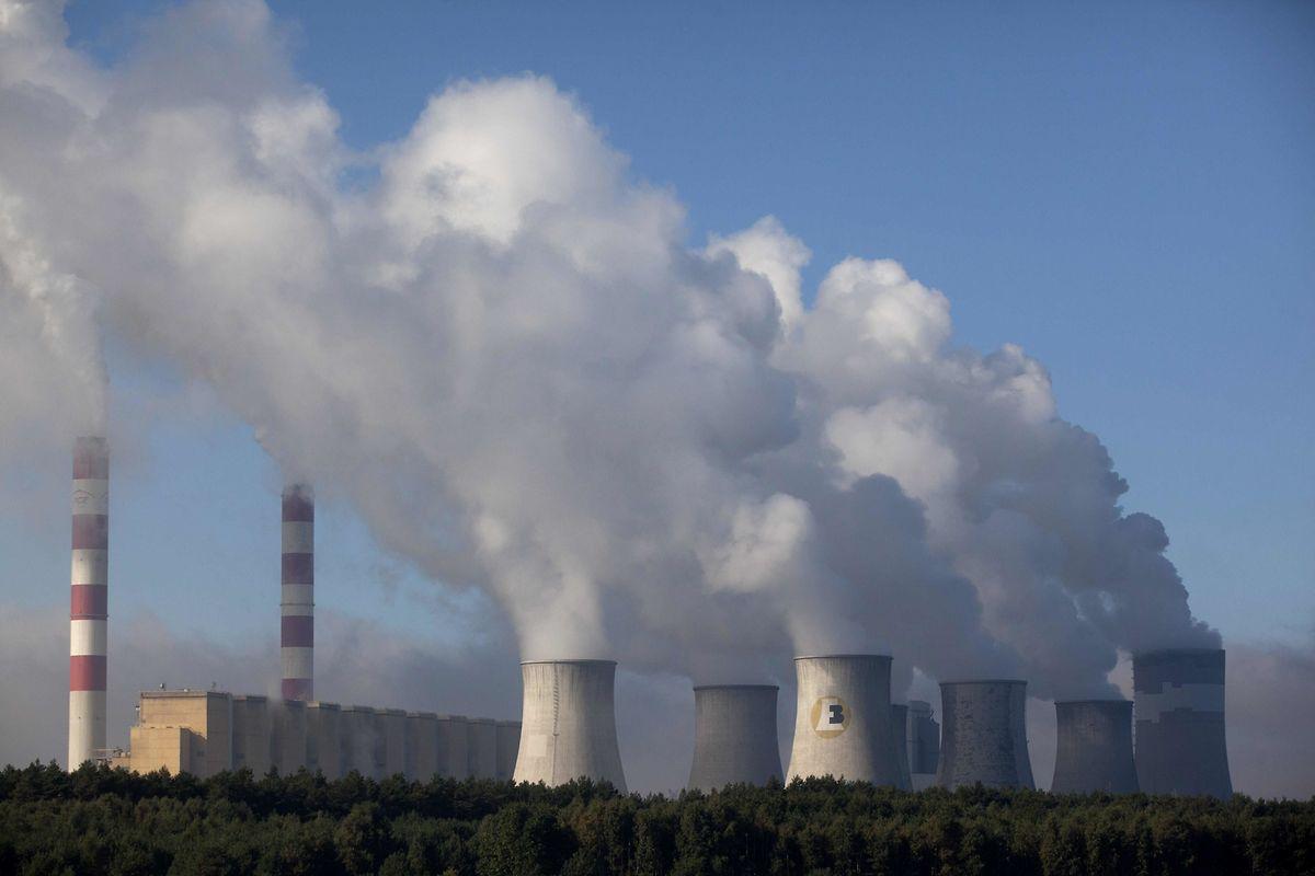 Die Energieanlage in Belchatow bei Lodz (Zentralpolen): Kohlendioxid (CO2) wie er hier auch produziert wird, hat Auswirkungen auf das Klima. Erhöht sich die Konzentration von Treibhausgasen in der Atmosphäre, wird es wärmer. Diese Erwärmung hat sich in den vergangenen 100 Jahren stark beschleunigt.