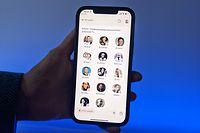 18.01.2021, Berlin: Eine Nutzerin der Social-Media-App Clubhouse zeigt ihr Smartphone mit der Audio-Anwendung. In den virtuellen Räumen können die User einem Audio-Chat anderer Clubhause-Anwender zuhören oder sich aktiv an dem Gespräch beteiligen. Foto: Christoph Dernbach/dpa +++ dpa-Bildfunk +++