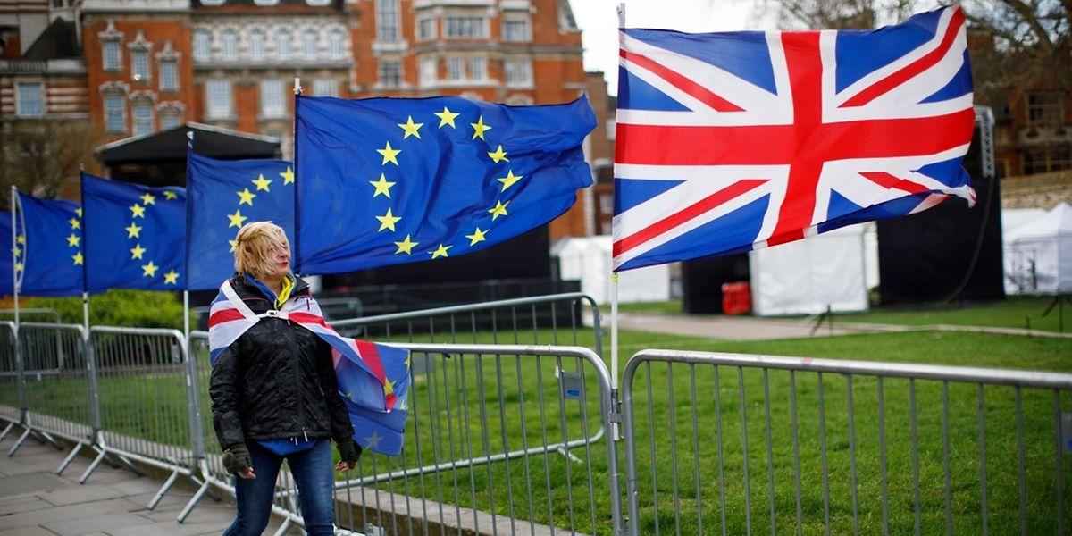 Cette approche prévoit entre autres que les ressortissants britanniques pourront continuer de résider et travailler au Grand-Duché sans titre de séjour pendant un an (le temps de régulariser leur situation après la perte de leur statut de citoyen de l'UE).