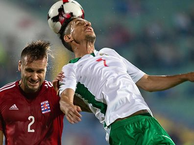 Bulgaria's midfielder Mihail Alexandrov (R) heads the ball as he vies with Luxembourg's defender Maxime Chanot (L) during the FIFA World Cup 2018 football qualification match between Bulgaria and Luxembourg in Sofia on September 6, 2016. / AFP PHOTO / NIKOLAY DOYCHINOV